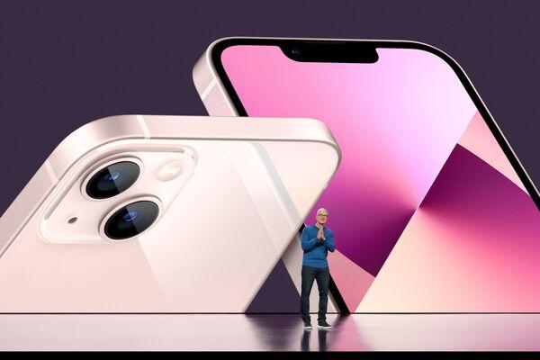 Генеральный директор Apple Тим Кук на презентации iPhone 13. - Sputnik Абхазия