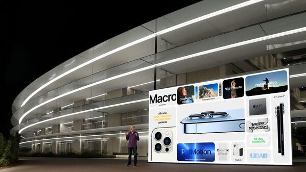 Старший вице-президент Apple по маркетингу Грег Джосвиак демонстрирует расширенные функции новых iPhone 13 Pro и iPhone 13 Pro Max во время специального мероприятия в Apple Park в Купертино, штат Калифорния. - Sputnik Абхазия