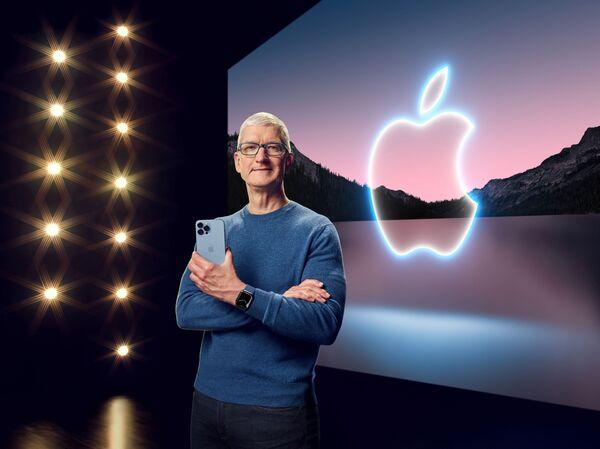 Генеральный директор Apple Тим Кук держит iPhone 13 Pro Max и Apple Watch Series 7 во время специального мероприятия в Apple Park в Купертино, Калифорния. - Sputnik Абхазия