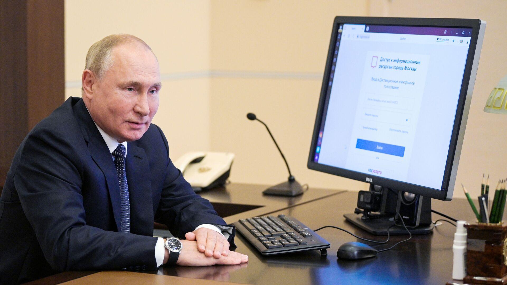 Президент РФ В. Путин дистанционно проголосовал на выборах депутатов Государственной Думы - Sputnik Абхазия, 1920, 17.09.2021