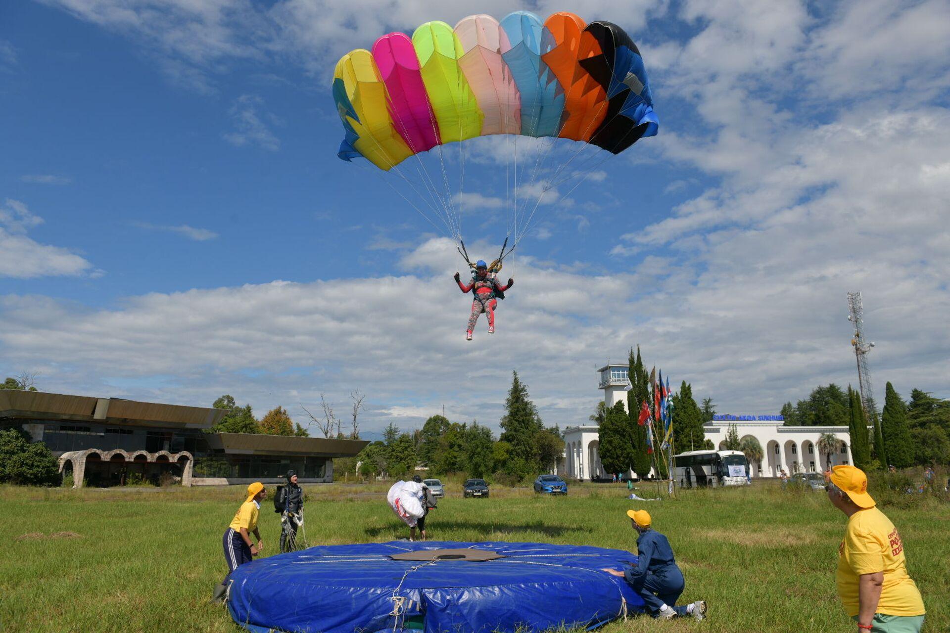 Cоревнования по парашютному спорту открылись в Абхазии - Sputnik Абхазия, 1920, 12.10.2021