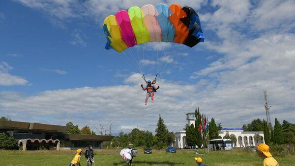 Cоревнования по парашютному спорту открылись в Абхазии - Sputnik Аҧсны