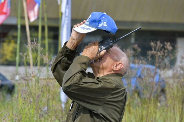 Главный судья Анатолий Сырныч наблюдает за приземлением парашютистов. - Sputnik Абхазия