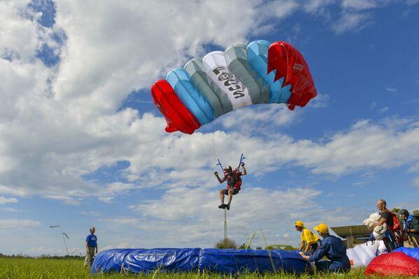 Соревнования ветеранов парашютного спорта Советского Союза, ветеранов боевых действий и парашютистов авиационных ведомств России проходят в двадцать третий раз.  - Sputnik Абхазия