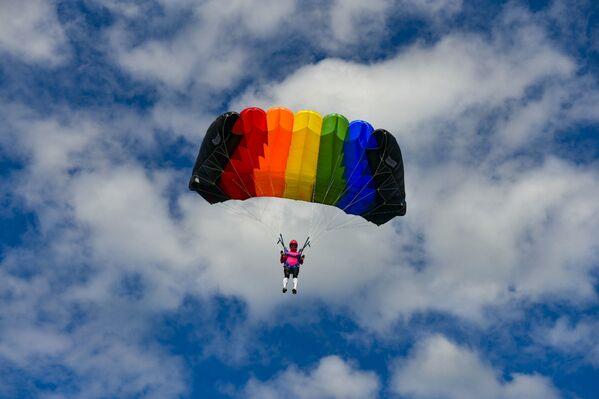 В первый день соревнований в аэропорту Бабушеры спортсмены прыгали на точность с высоты в тысячу метров. - Sputnik Абхазия