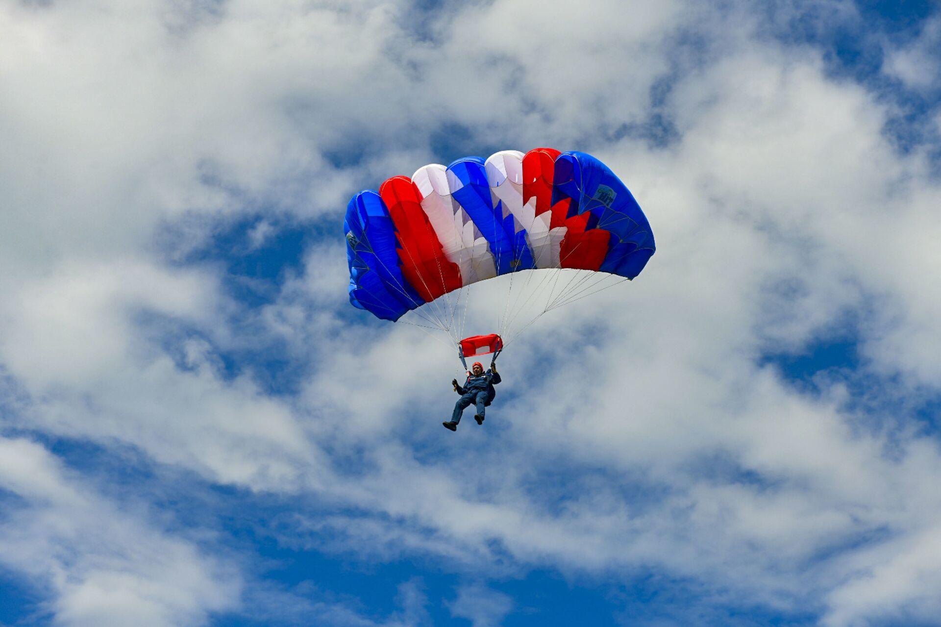 Cоревнования по парашютному спорту открылись в Абхазии - Sputnik Аҧсны, 1920, 12.10.2021