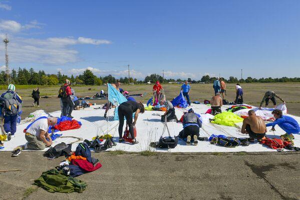 В чемпионате принимают участие десять команд и около пятидесяти парашютистов. - Sputnik Абхазия
