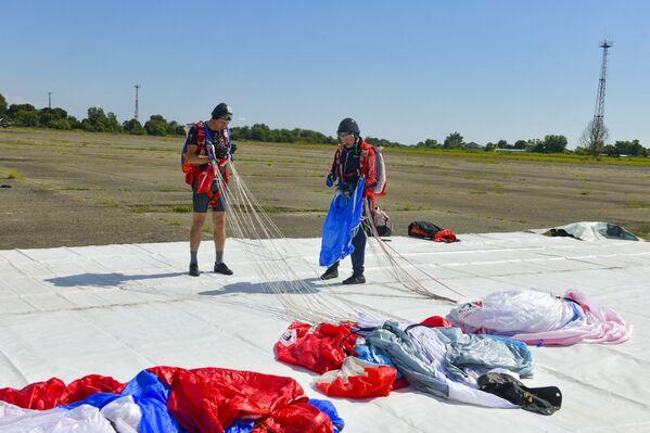После прыжка парашютисты собирают снаряжения. - Sputnik Аҧсны