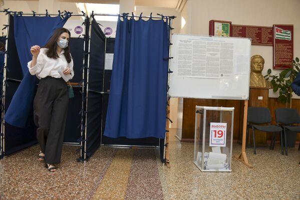 В выборах приняли участие как старшее, так и молодое поколение. - Sputnik Абхазия