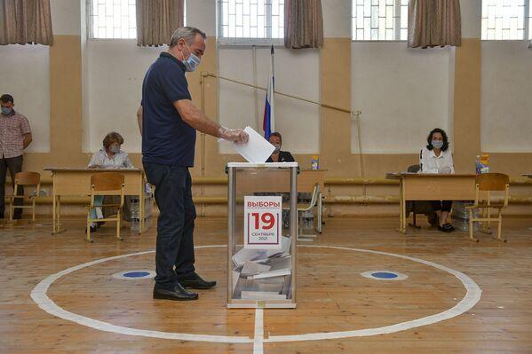 Очередной избиратель сделал свой выбор. - Sputnik Абхазия