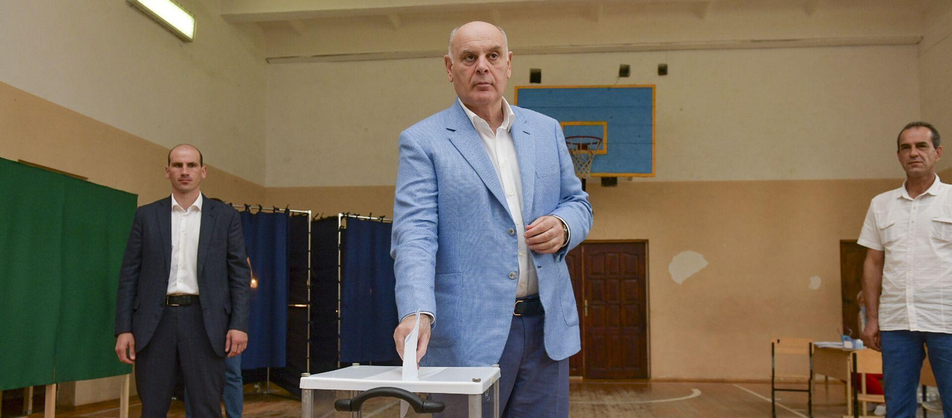 Аслан Бжания проголосовал на выборах в Госдуму России - Sputnik Абхазия, 1920, 19.09.2021