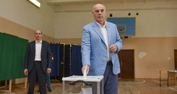 Глава государства проголосовал на избирательном участке в Сухумской средней школе №5. - Sputnik Абхазия