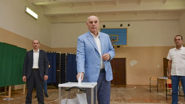 Аслан Бжания проголосовал на выборах в Госдуму России - Sputnik Абхазия