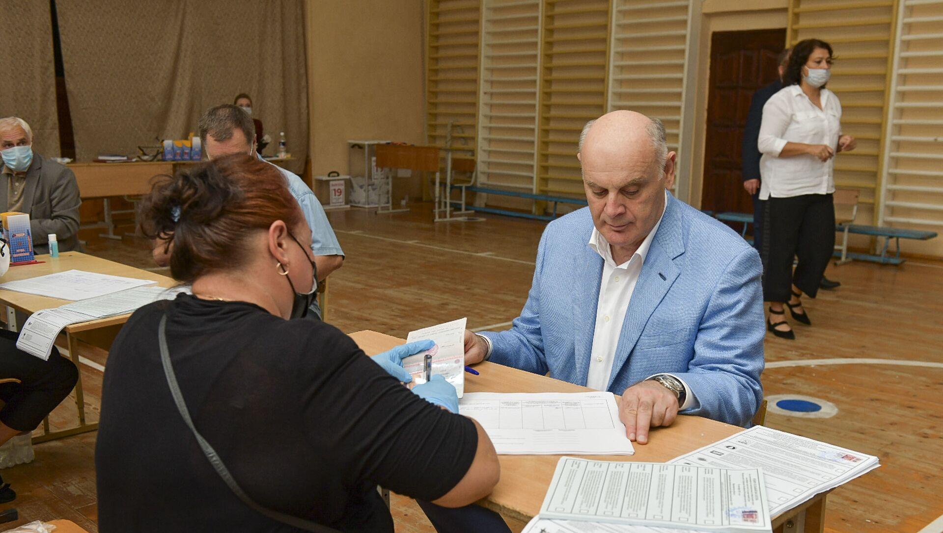 Аслан Бжания проголосовал на выборах в Госдуму России - Sputnik Аҧсны, 1920, 19.09.2021