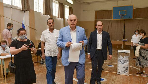 Мой гражданский долг: Аслан Бжания проголосовал на выборах в ГосДуму - Sputnik Абхазия