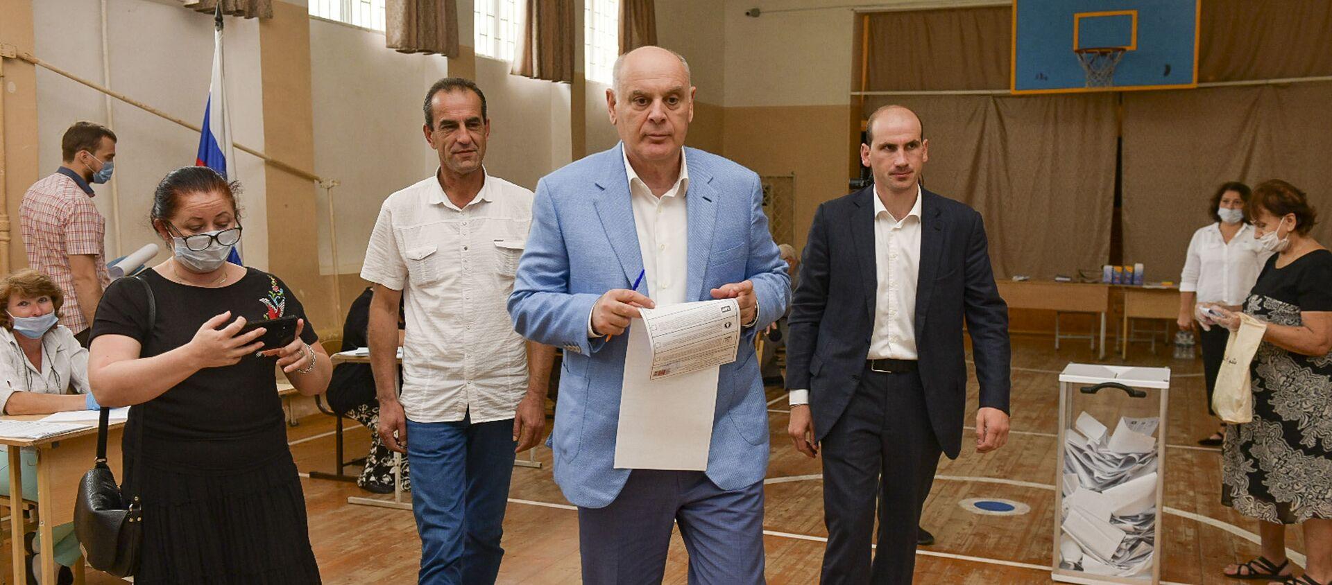 Мой гражданский долг: Аслан Бжания проголосовал на выборах в ГосДуму - Sputnik Абхазия, 1920, 19.09.2021
