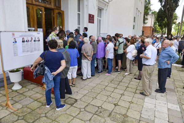 На избирательных участках с утра выстроились очереди. - Sputnik Абхазия