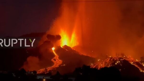 Испания: вулкан извергает дым и лаву во время извержения на Ла-Пальме - Sputnik Абхазия
