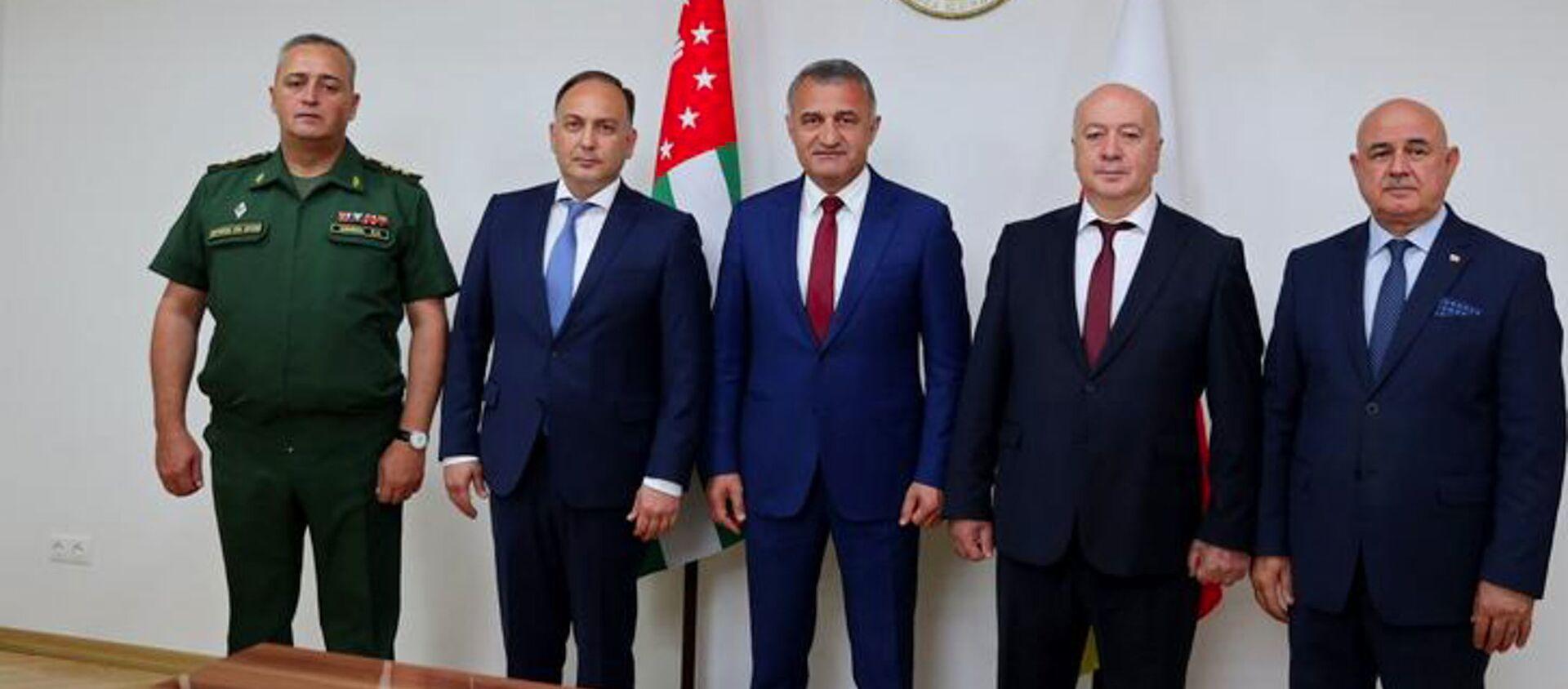 Президент Анатолий Бибилов принял делегацию Республики Абхазия - Sputnik Абхазия, 1920, 20.09.2021