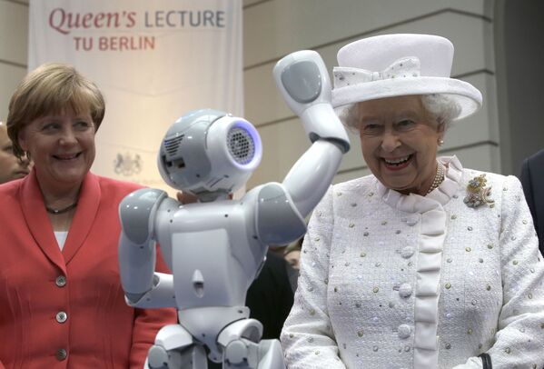 Канцлер Германии Ангела Меркель и Королева Великобритании Елизавета II во время посещения Технического университета в Берлине. - Sputnik Абхазия