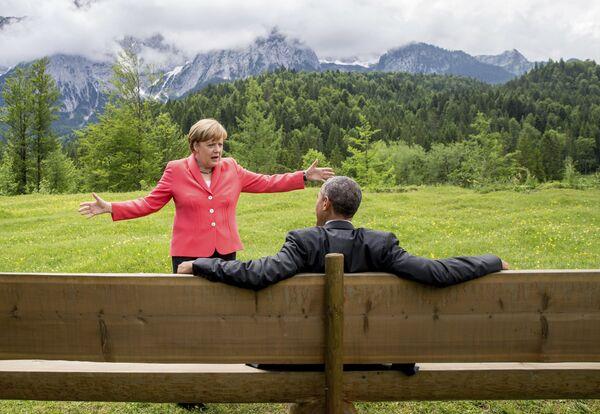 Канцлер Германии Ангела Меркель разговаривает с президентом США Бараком Обамой в отеле Schloss Elmau, Германия . - Sputnik Абхазия