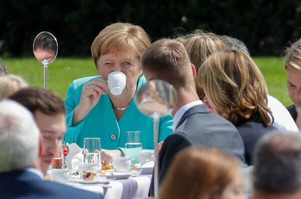 Канцлер Германии Ангела Меркель пьет кофе на мероприятии в Берлине. - Sputnik Абхазия