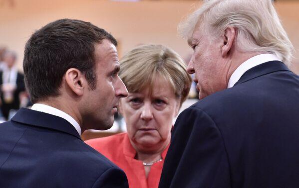Президент США Дональд Трамп, президент Франции Эммануэль Макрон и канцлер Германии Ангела Меркель беседуют в Гамбурге. - Sputnik Абхазия