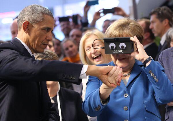 Меркель рассматривает устройство рядом с президентом США Бараком Обамой в Ганновере. - Sputnik Абхазия
