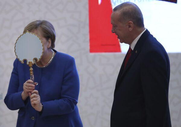 Меркель дурачится с зеркалом, подаренным президентом Турции Реджепом Тайипом Эрдоганом в Стамбуле, 2020 год. - Sputnik Абхазия
