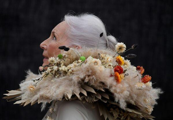 Женщина в венке из сухих цветов на RHS Chelsea Flower Show в Лондоне. - Sputnik Абхазия
