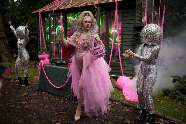 Королева-садовница Дейзи танцует рядом с артистами на Цветочном шоу Челси в Лондоне. - Sputnik Абхазия