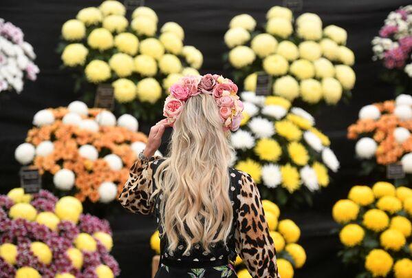 Женщина в тематической шляпе посещает Цветочное шоу RHS Chelsea Flower Show в Лондоне. - Sputnik Абхазия
