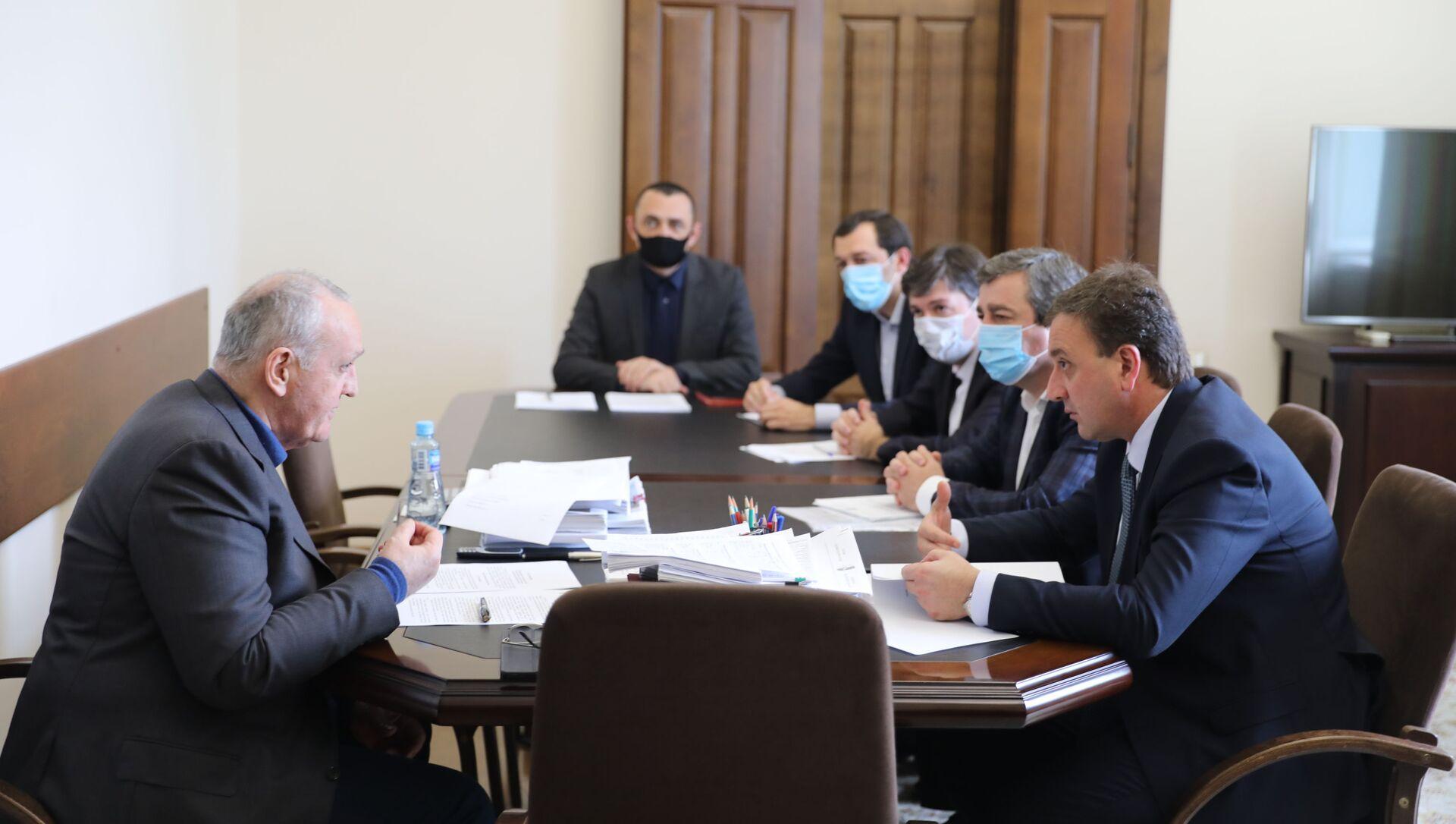 Премьер-министр Республики Абхазия Александр Анкваб провёл рабочее совещание - Sputnik Абхазия, 1920, 22.09.2021