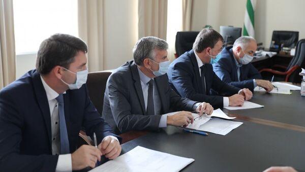 Премьер-министр Республики Абхазия Александр Анкваб провёл рабочее совещание - Sputnik Аҧсны