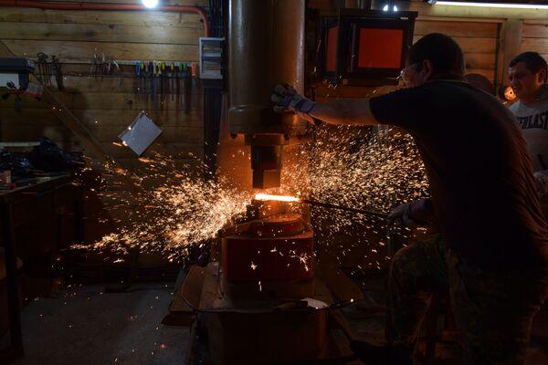 Пневматическим молотом сплющивают толстые металлические пластины для дальнейшего использования их в изготовлении изделий.  - Sputnik Абхазия
