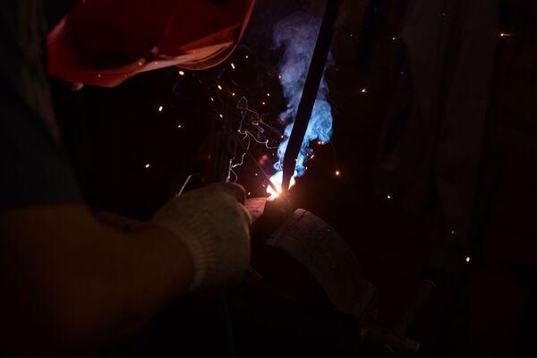 Кузнецы в работе используют не только молоты и щипцы, но также сварочный аппарат и болгарку. - Sputnik Абхазия