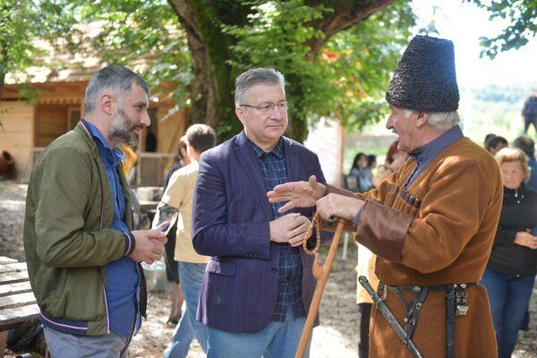 Посмотреть, как работают умельцы, пришли местные жители. - Sputnik Абхазия