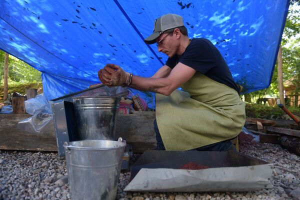 В создании изделий кузнецы используют в том числе железную руду, которую добыли в горах Абхазии. - Sputnik Абхазия