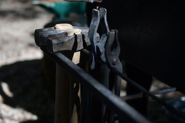 Такими щипцами мастера вынимают раскаленную сталь из огня.  - Sputnik Абхазия