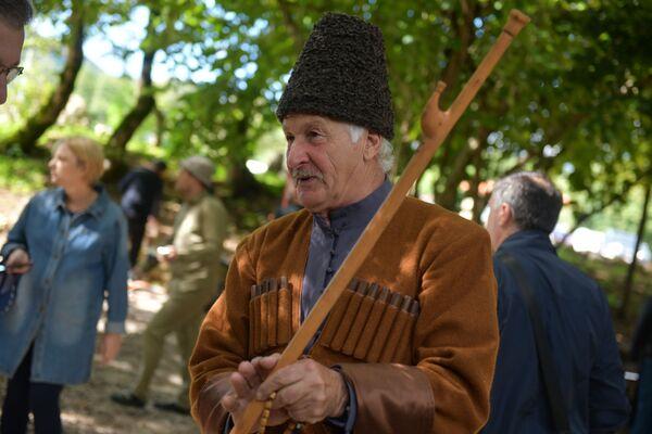 76-летний физик-математик Ролан Зантария из села Хуап тоже увлекается кузнечным делом. - Sputnik Абхазия