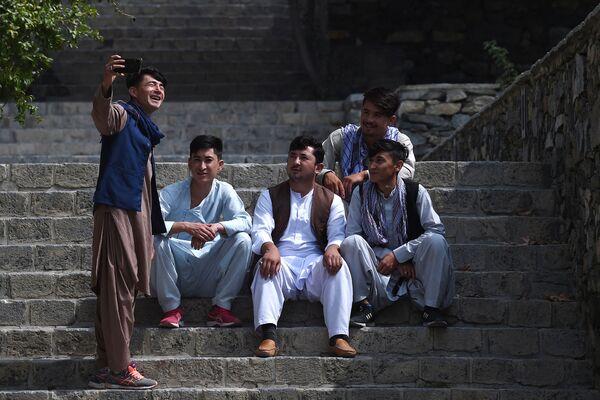 Люди делают селфи в парке Кабула. - Sputnik Абхазия