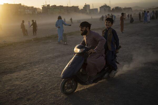 Афганцы катаются на скутере в парке Чаман-э-Хозари в Кабуле. - Sputnik Абхазия
