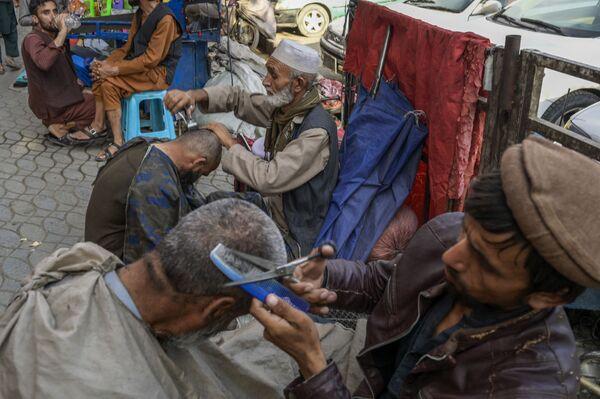 Уличные барберы с клиентами в столице Афганистана. - Sputnik Абхазия