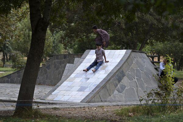 Дети играют в парке. - Sputnik Абхазия