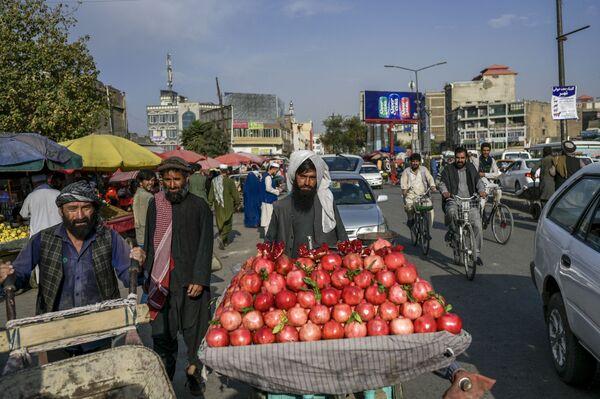 Продавец гранатов на рынке в Кабуле. - Sputnik Абхазия
