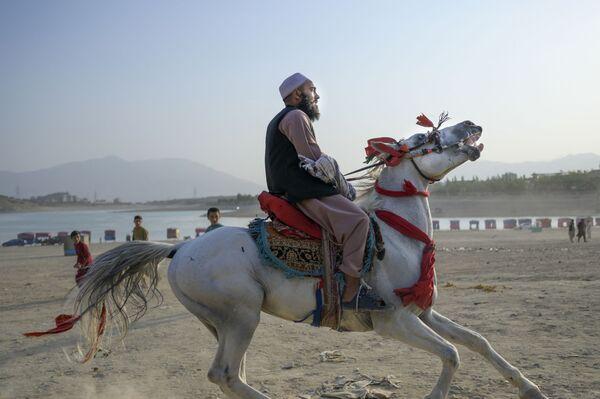 Член Талибана на лошади у водохранилища Каргха в Кабуле. - Sputnik Абхазия