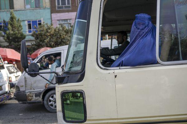 Женщина в парандже едет на  автобусе по Кабулу. - Sputnik Абхазия