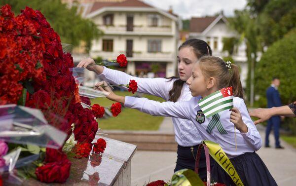 Возложение цветов в парке Славы в Сухуме  - Sputnik Абхазия