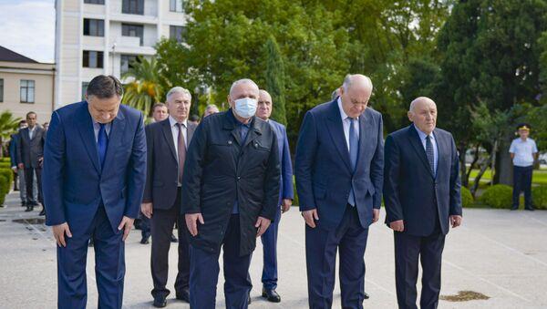 Руководство страны возложило цветы к мемориалу в Парке Славы в Сухуме  - Sputnik Аҧсны
