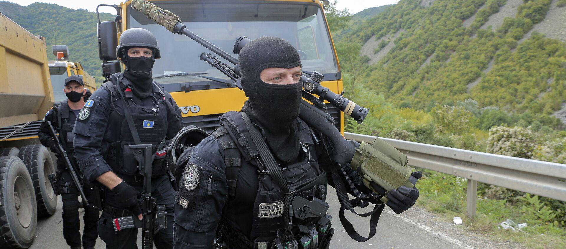 Во вторник, 21 сентября 2021 года, косовские полицейские идут на замену своим коллегам возле пограничного перехода Яринье на севере Косово - Sputnik Абхазия, 1920, 27.09.2021